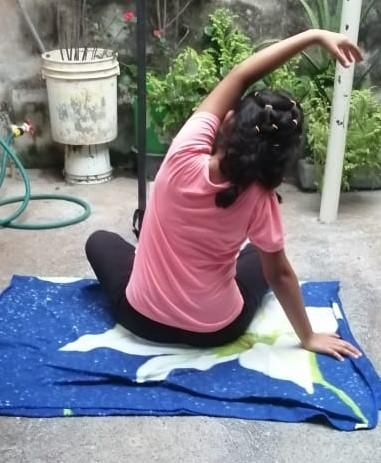 Haciendo yoga en casa